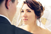 Newlyweds look at each other — Stock Photo