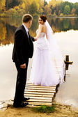 Young couple standing on the bridge — Stockfoto