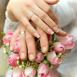 Honeymooners keep of the hands on the bouquet — Stock Photo