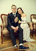 Een gelukkige jonge paar tijdens het huwelijk — Stockfoto