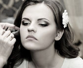 Beautiful bride do makeup — Stock Photo