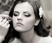 Beautiful bride do makeup — Stock Photo