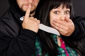 Aanval met een wapen op een inbreker meisje — Stockfoto