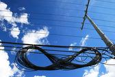 Cables eléctricos suspendidos al lado del poste eléctrico — Foto de Stock