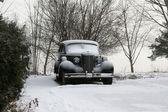 Auto d'epoca classica, coperta di neve d'inverno — Foto Stock
