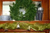 Fireplace mantel with wreath — Zdjęcie stockowe