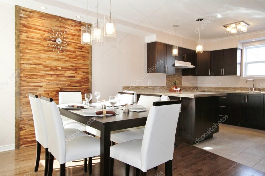 Moderne keuken en eetkamer met achterwand gemaakt in horizontale ...