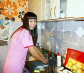 The girl washes the dishes. — Stock Photo