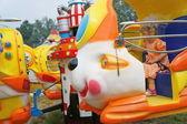Dívka se projet na karuselu. — Stock fotografie