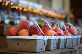 The wicker baskets full of juicy peaches — Foto de Stock