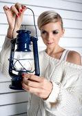 La hermosa joven sostiene una lámpara de aceite — Foto de Stock