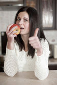 Young beautiful woman eating healthy — Stock Photo