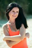 Glücklich lächelnde frau. ruhen am strand aus — Stockfoto