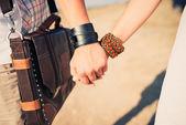 Ungt par som håller hand — Stockfoto