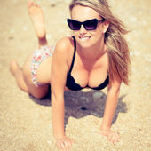 Portarait of young beautiful woman on the seashore sand — Stock Photo