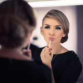 Young beautiful woman does a house make up — Stock Photo