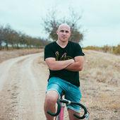 Joven inconformista en bicicleta — Foto de Stock