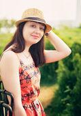 Unga sexiga sommar flickan bär en hatt — Stockfoto