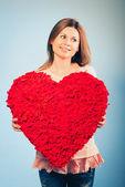 Kvinnan håller alla hjärtans dag symbol — Stockfoto