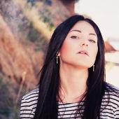 Beautiful young woman who smokes a cigarette — Stock Photo