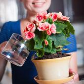 Ung kvinna arrangera blommor — Stockfoto