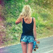 Genç kadın bir kaykay ile poz — Stok fotoğraf