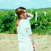 Woman  walks on a vineyard — Stockfoto