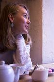Mulher jovem sorridente no café — Fotografia Stock