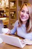 Donna giovane sorridente con il computer — Foto Stock