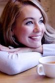 Mulher jovem sorridente — Fotografia Stock