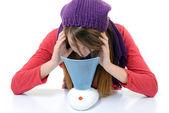Eine junge frau mit erkältungen und grippe inhaliert ätherische öle — Stockfoto