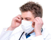 Cherfull médecin porte stéthoscope et masque chirurgical — Photo