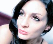 ソファに座っている官能的な若い女性の肖像画 — ストック写真