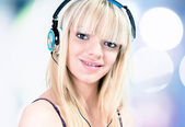 Girl listening to music with headphone — Stock Photo