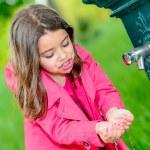 petite fille l'eau potable dans une fontaine — Photo