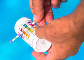 Check the Ph of a private swimming pool — Stock Photo