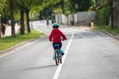 Niño haciendo la moto sola en medio del camino — Foto de Stock