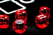 Para casino veya kumar oynamak için kırmızı dices closeup — Stok fotoğraf
