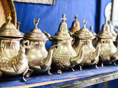Conjunto de chá de menta nana árabe com o bule de chá metal — Fotografia Stock