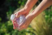 Femme écrasant une bouteille en plastique — Photo