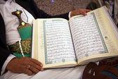 άνθρωπος που δείχνει το holy quran — Φωτογραφία Αρχείου