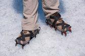 Piernas de un hombre en botas de gatos. glaciar perito moreno — Foto de Stock