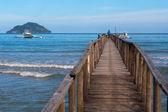 Pohled z mola k moři, na ostrově v dálce — Stock fotografie