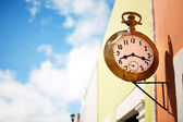 Street clock on the wall — Stockfoto