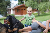 Family with dogs resting — Stockfoto