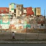 HAVANA,CUBA - JUNE 21: Street scene with cuban people and colorful old buildings — Stock Photo