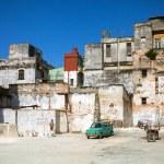 HAVANA,CUBA - JUNE 23: Street scene with cuban people and colorful old buildings — Stock Photo