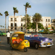 HAVANA, CUBA - JUNE 25: Vintage cars on the streets of Havana — Stock Photo #29335637