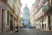 HAVANA,CUBA - JUNE 22: Street scene with cuban people and colorful old buildings — Stock Photo