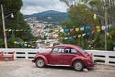 Old car on the street of San San Cristobal de las Casas, Mexico — Stock Photo